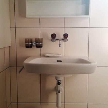 Waschbecken im Bad mit Spiegelschrank