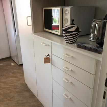 Frühstücksstation mit Mikrowelle, Kaffeemaschine, Toaster, Kaffeekapseln