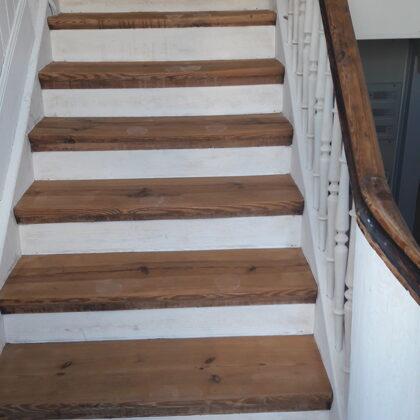 Treppe teils gestrichen, teils abgeschliffen und geölt
