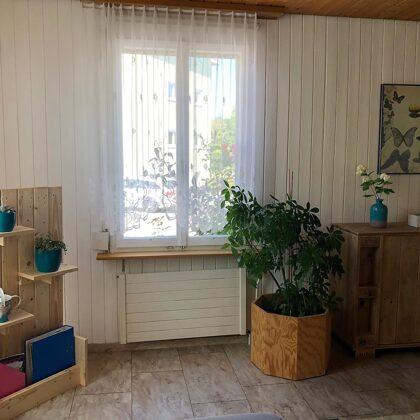 Wohnzimmer / Aufenthaltsraum mit Infomaterial für Gäste
